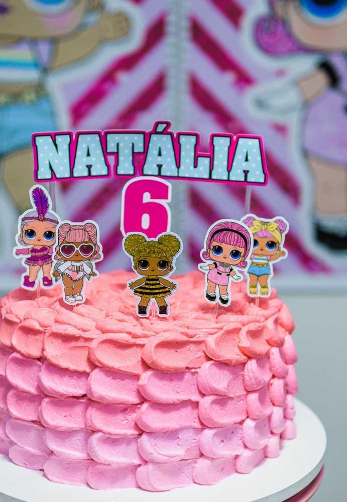 Quer fazer um bolo simples para a festa tema boneca Lol? Apenas decore com chantilly e coloque as bonequinhas no topo.