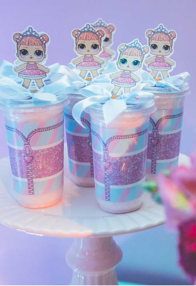 Sirva a sobremesa em copos personalizados com o tema Lol Surprise.