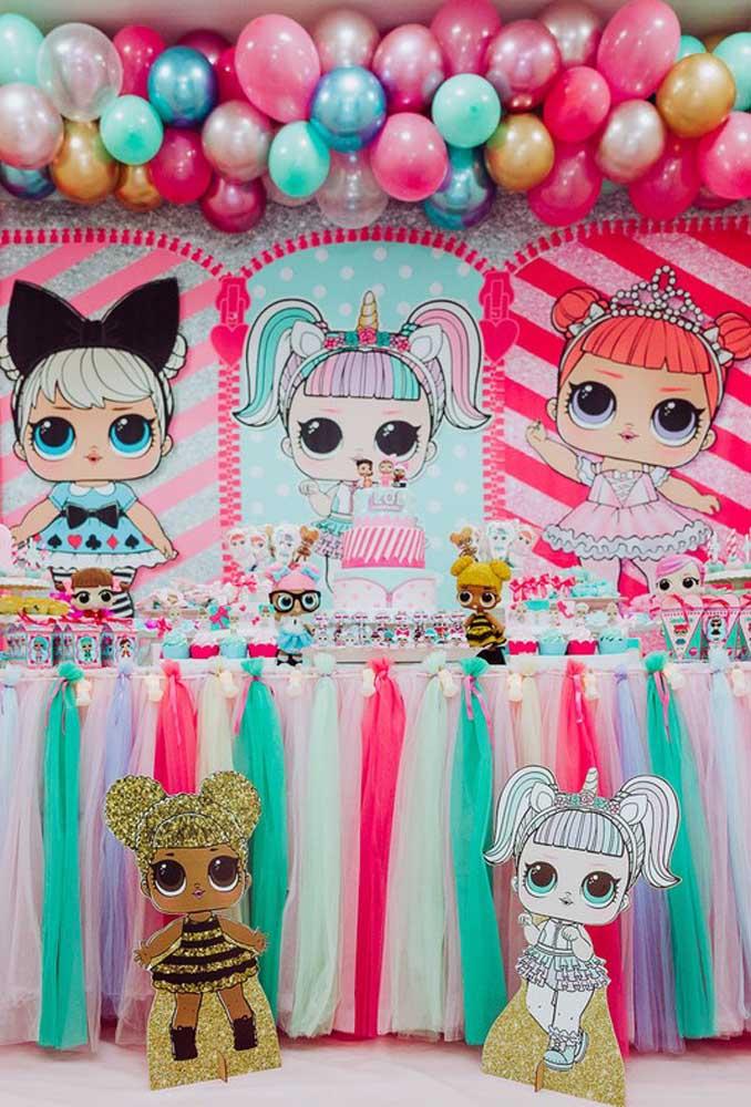 O mais interessante da festa de aniversário Lol Surprise é que você pode usar as mais variadas cores para fazer uma bela decoração.