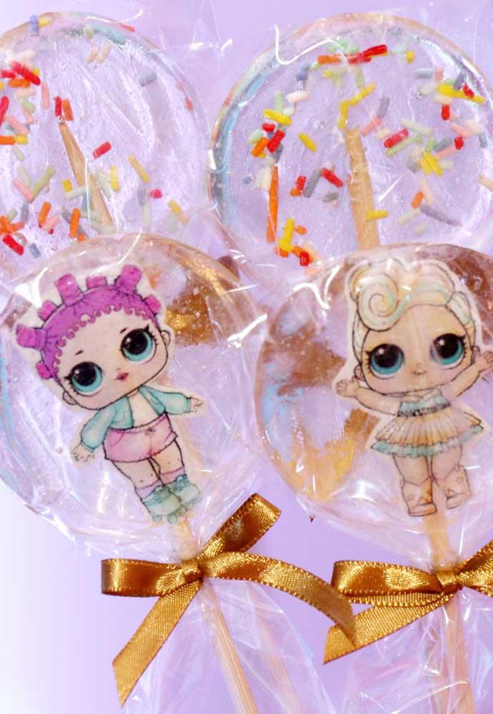 Que tal distribuir pirulitos de chocolate personalizados com as bonequinhas da Lol?