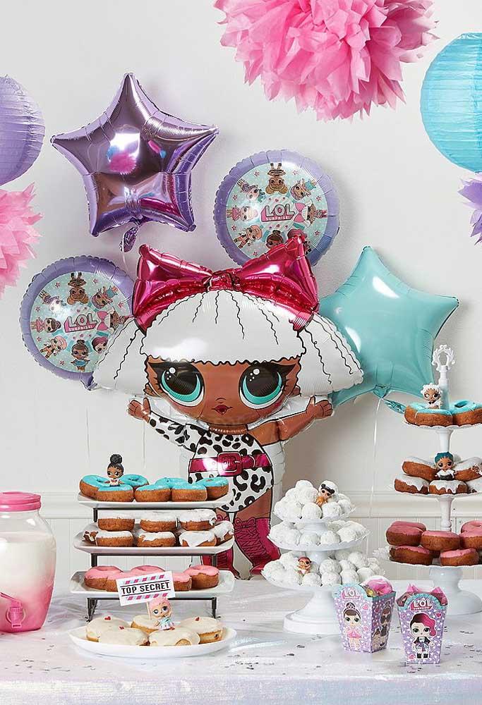 Você pode fazer uma decoração com balões no formato das bonequinhas Lol e de alguns elementos.