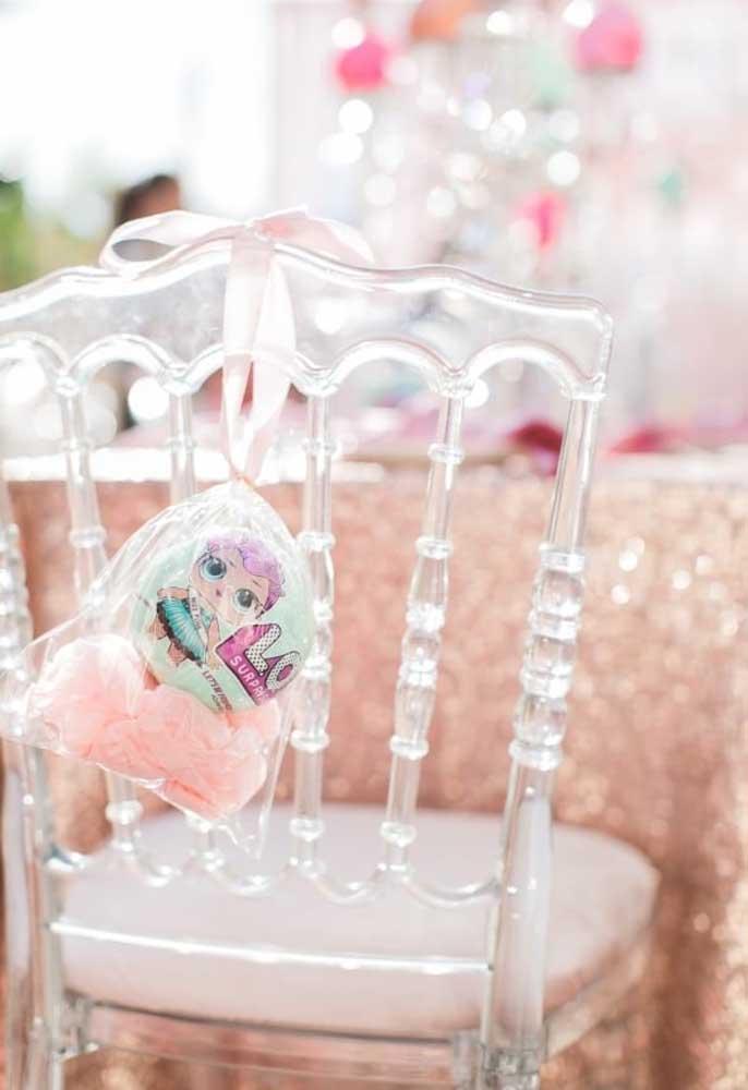 Portanto, pense em itens diferenciados como cadeiras transparentes e um lindo mimo para decorar.