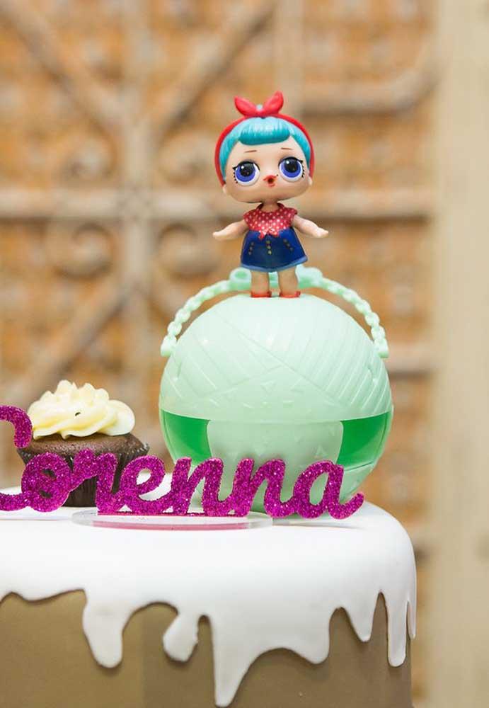 No topo do bolo Lol coloque uma bonequinha com a sua bola e um letreiro com o nome da aniversariante.