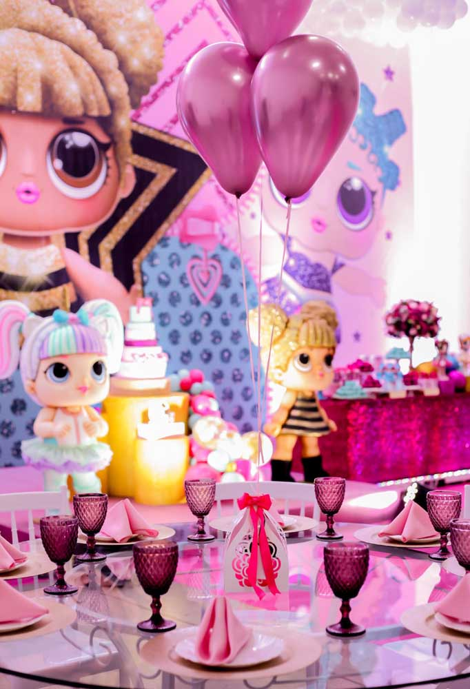 Taças de cristal, balões metalizados, mesa caprichada e um painel imenso fazem parte de uma decoração sofisticada com o tema Lol.