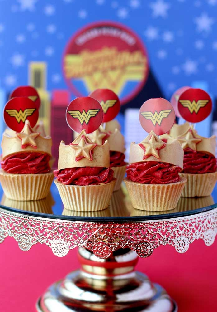 O cupcake mulher maravilha não poderia deixar de ter os principais símbolos da heroína.
