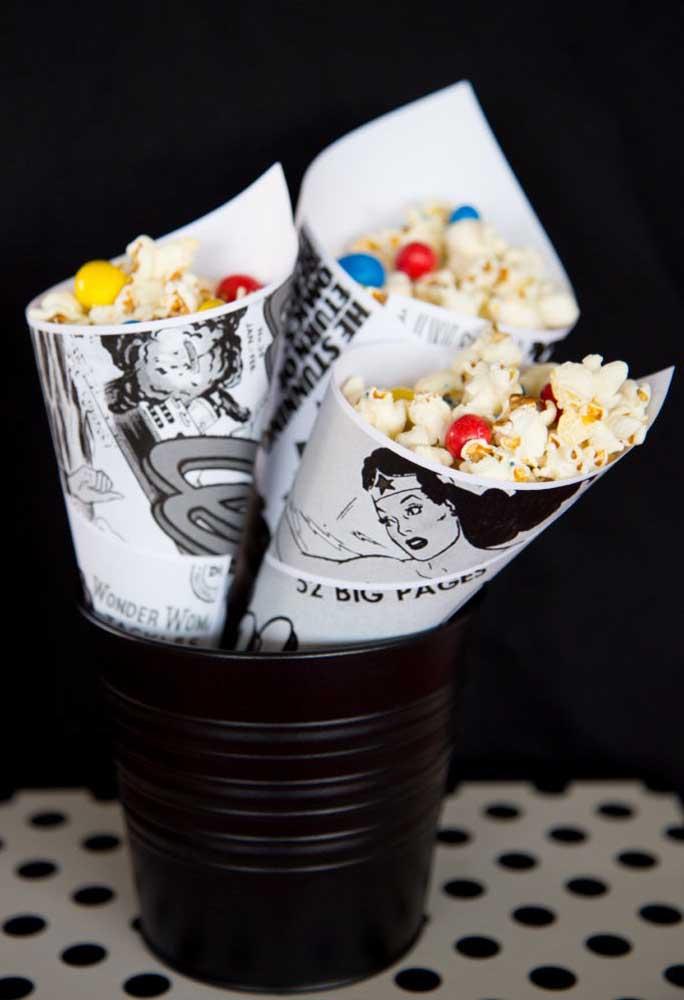 Você já sabe onde vai servir a pipoca? Que tal fazer um cone com papel no estilo revista em quadrinhos?