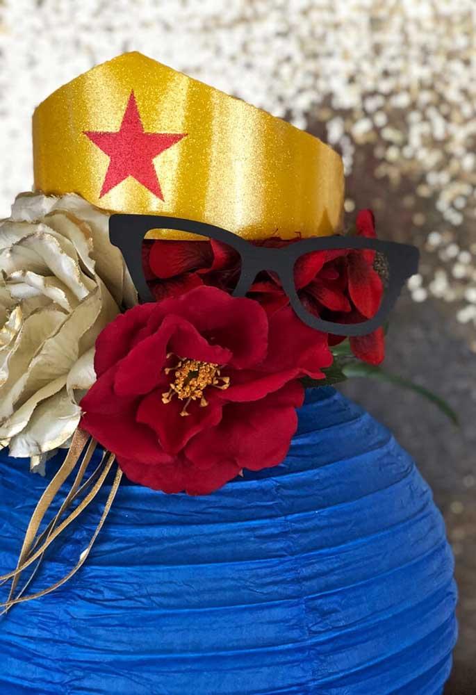 Use os principais acessórios da personagem para fazer a decoração da festa da mulher maravilha.