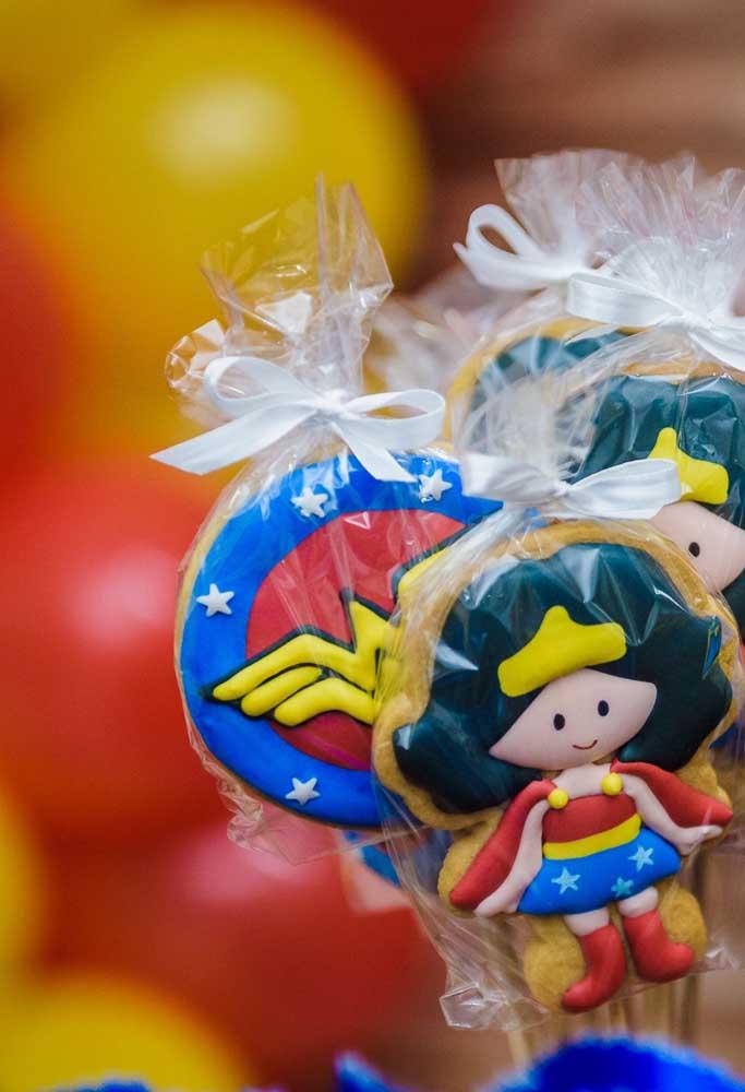 O que não pode faltar na festa tema mulher maravilha são os biscoitos personalizados.