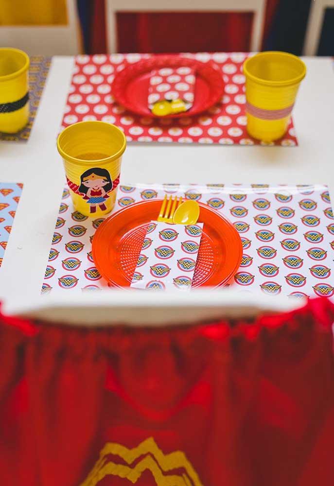 Prepare o centro de mesa mulher maravilha com os descartáveis personalizados.