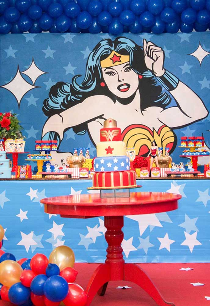 Que tal preparar um bolo fake mulher maravilha para colocar no centro da festa?