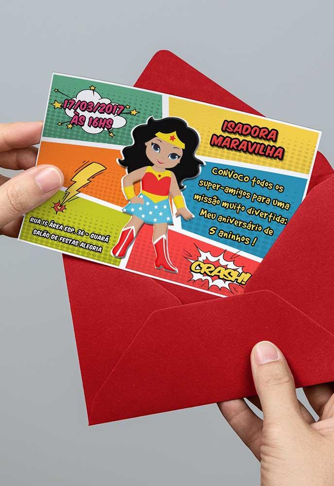 Um cartão simples, mas personalizado com o tema é uma ótima opção para o convite mulher maravilha.