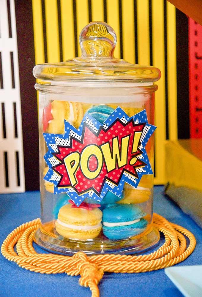 Que tal colocar os doces dentro de potes transparentes como esse? Depois é só colar adesivos personalizados de acordo com o tema.