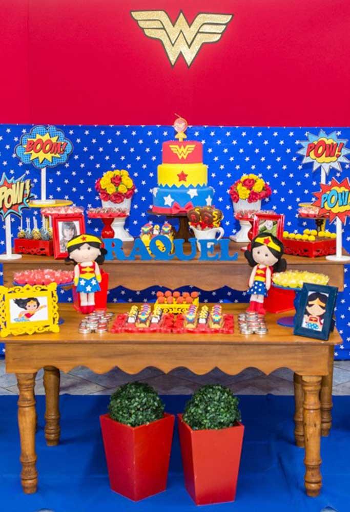Como a Mulher Maravilha é personagem principal da festa, decore a mesa com bonecas e quadros da super-heroína.