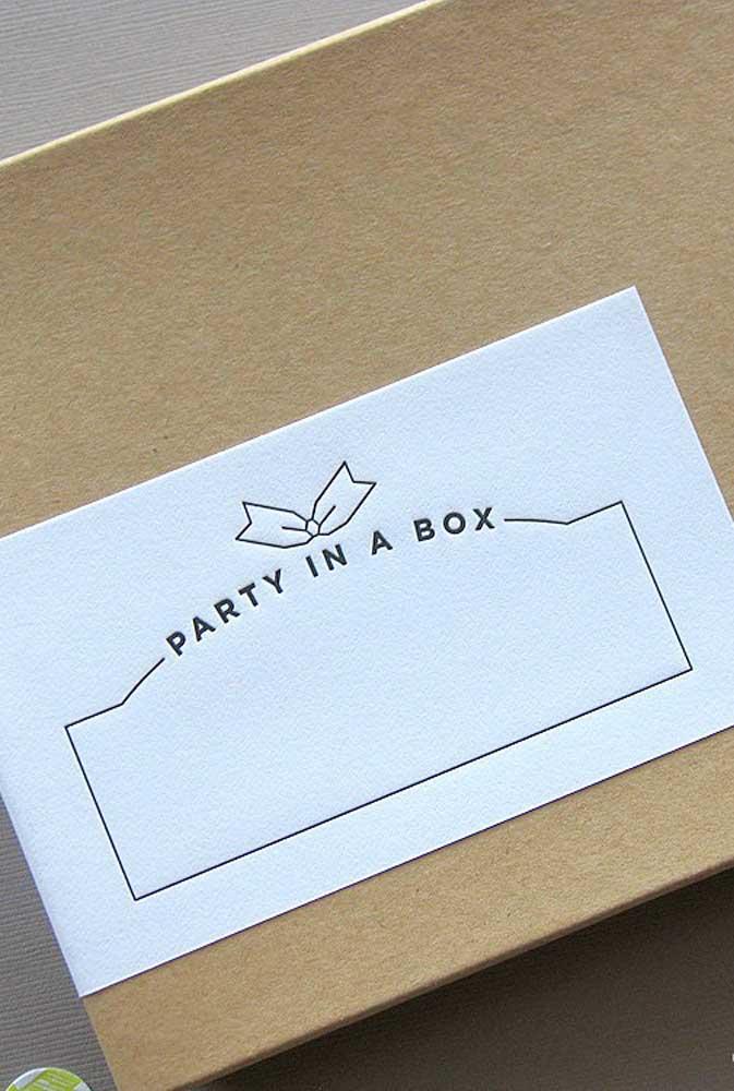 Festa na caixa simples com destaque para a etiqueta que permite a personalização