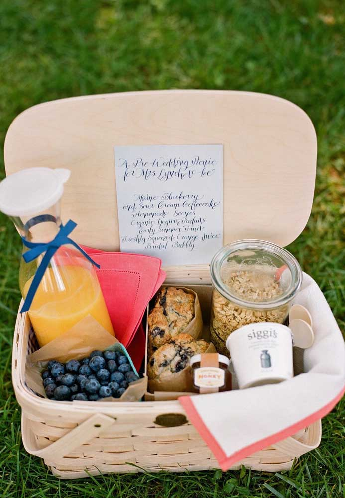 A tradicional cesta de café da manhã foi substituída aqui por uma festa na caixa; cereal, mirtilos, pão doce e suco de laranja integram a comemoração