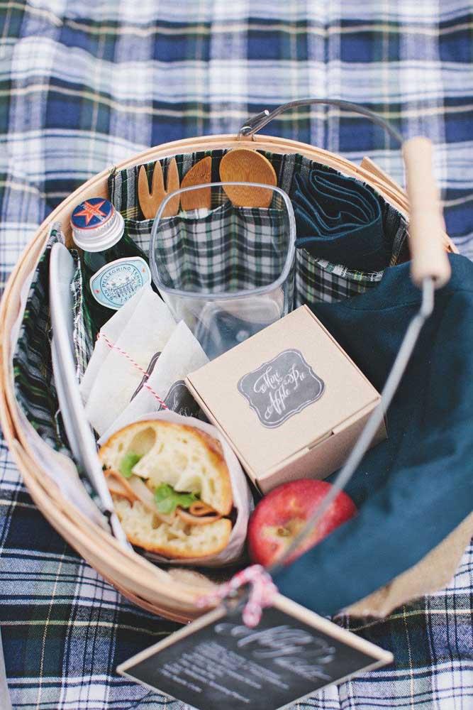 Uma boa ideia de festa na caixa para um homem: cerveja, lanche, fruta e torta de maça; o tecido xadrez azul usado na caixa completa o visual