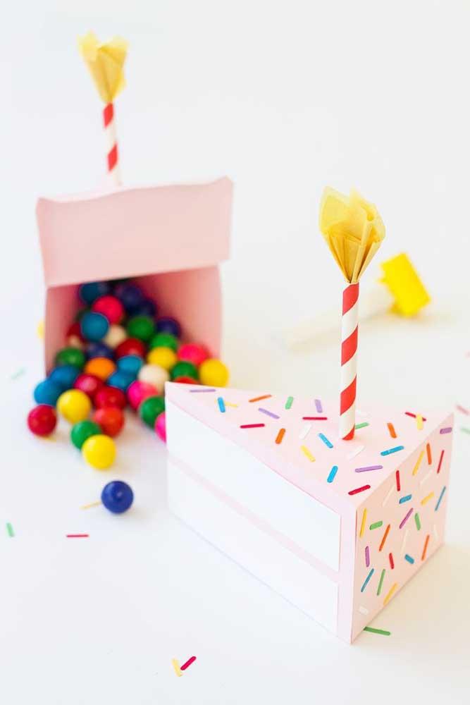 Que ideia legal! A caixa ganhou o formato de um pedaço de bolo