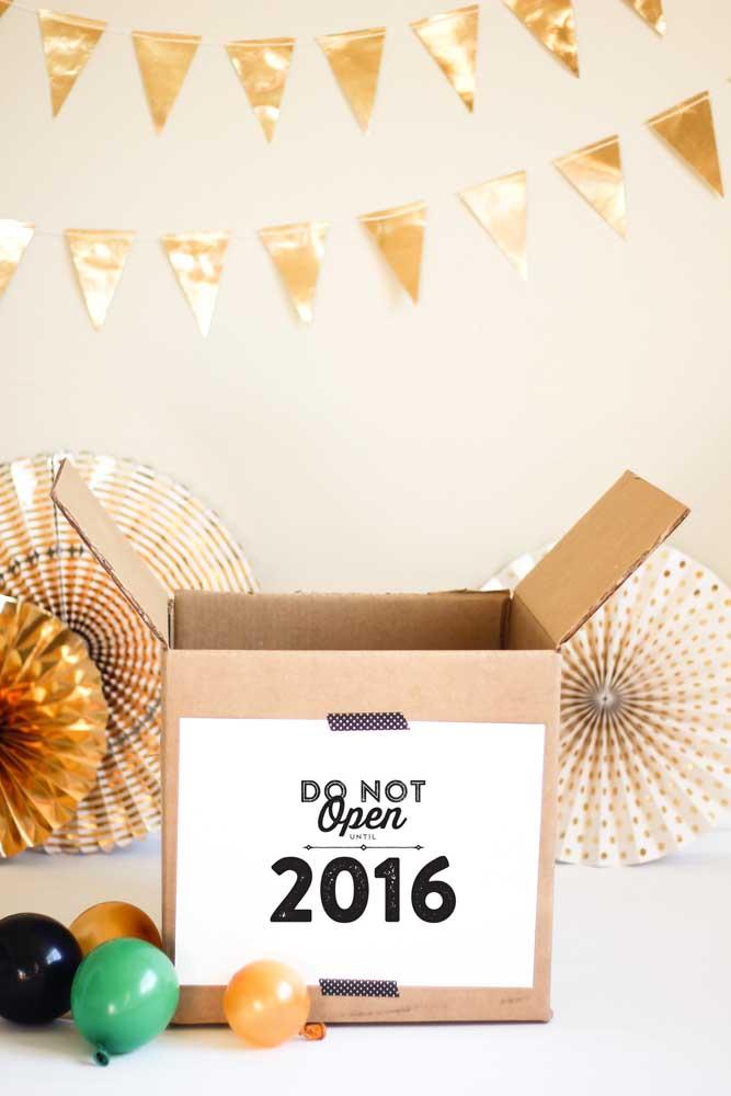 """Aqui, a caixa simples de papelão ganhou uma decoração especial para """"abrigar"""" a festa"""