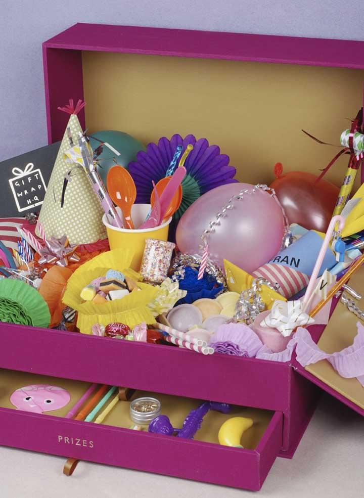 Uma festa na caixa com tudo o que se tem direito, completinha!