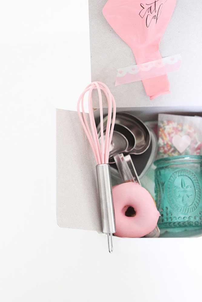 Se o bolo não vai na caixa, ao menos os utensílios para fazê-lo vão!
