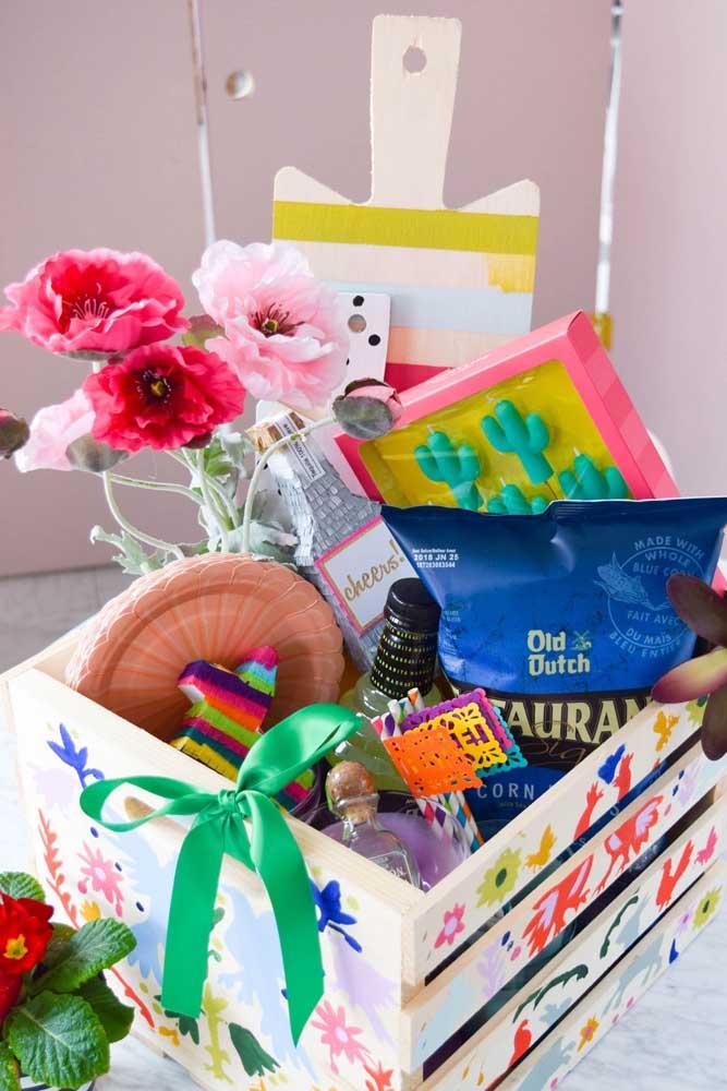 Indo um pouco além da caixa, a proposta aqui é usar um caixote de madeira decorado e com itens que se encaixam na preferência da pessoa