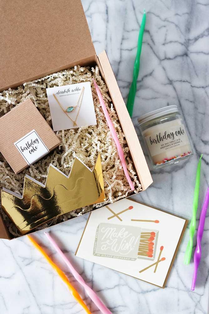 Aproveite a festa na caixa para colocar o presente; aqui, por exemplo, é a gargantilha que vai junto