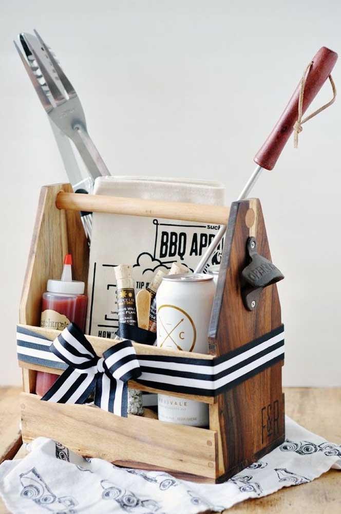 A ideia aqui não é bem uma caixa, mas serve de inspiração para presentear aquela pessoa apaixonada por churrasco