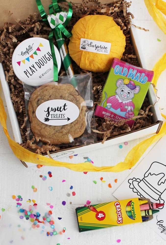 Sugestão de festa na caixa infantil: doces, desenhos e lápis de colorir