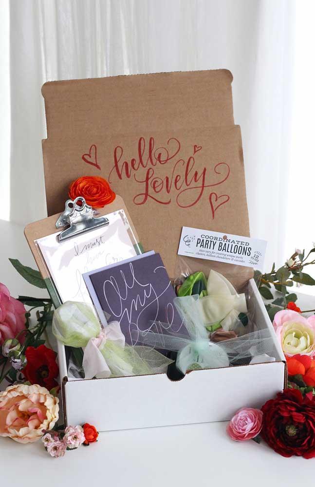 Festa na caixa romântica com flores e cartão