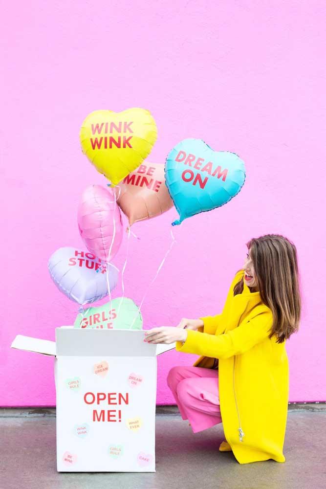 Festa na caixa divertida: ao abrir, os balões saem voando