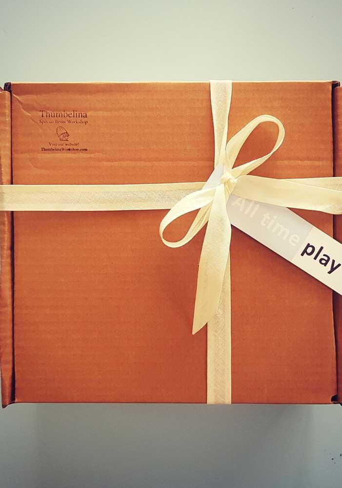 Uma caixa simples de papelão com um laço de fita: viu como não precisa de muito para fazer uma festa na caixa?