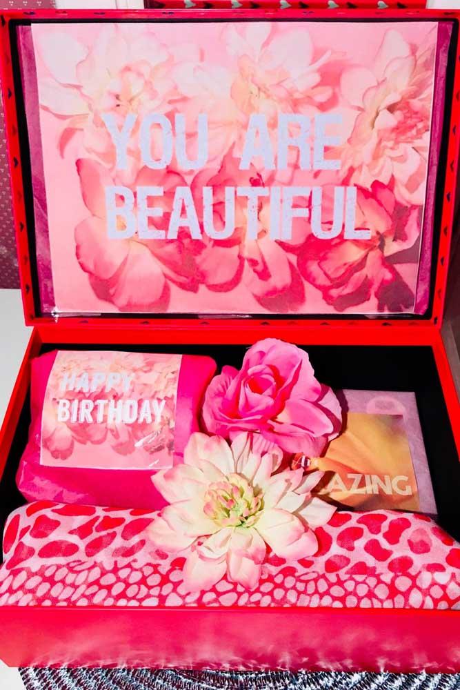 As flores e as cores escolhidas para essa caixa fazem toda a diferença por aqui