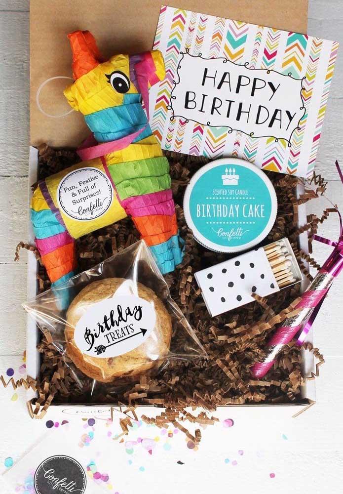 Festa na caixa para aniversário; repare que esse modelo veio até com uma pichorra