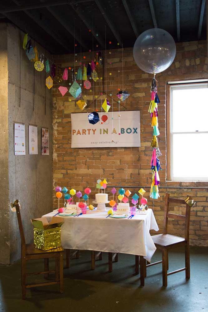 Aqui, a festa na caixa foi completada com a decoração simples em cima da mesa