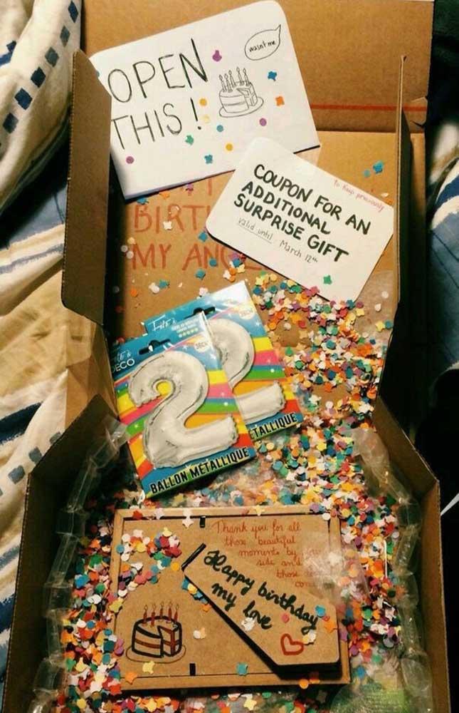 Sugestão de festa na caixa para comemorar o aniversário de namoro, entre os itens um porta retrato que serve também como cartão
