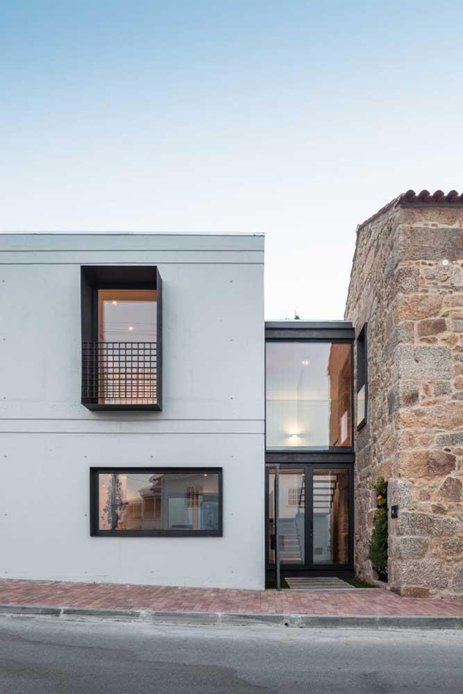 Frente de casa simples e moderna com destaque para o uso do vidro