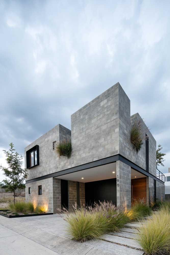 Os tons de cinza predominam nessa frente de casa