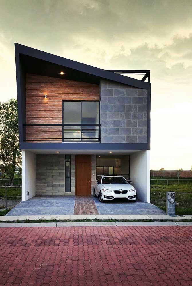 Nessa frente de casa, o destaque vai para o telhado enviesado
