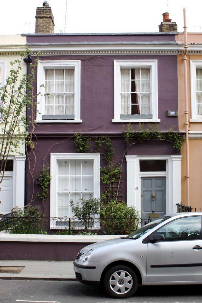 Que charme essa frente de casa antiga! O tom de roxo trouxe vida e personalidade para a fachada