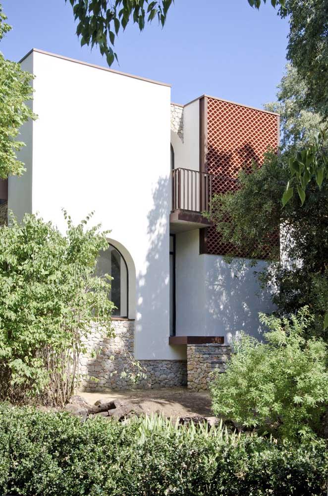 Uma beleza de frente de casa! A pintura branca impecável forma uma linda composição com as pedras e as plantas, formando um mix entre o rústico, o moderno e o clássico