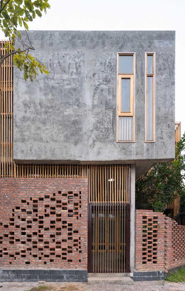 Entre outras coisas, vale a pena destacar a composição criada com os tijolinhos no muro