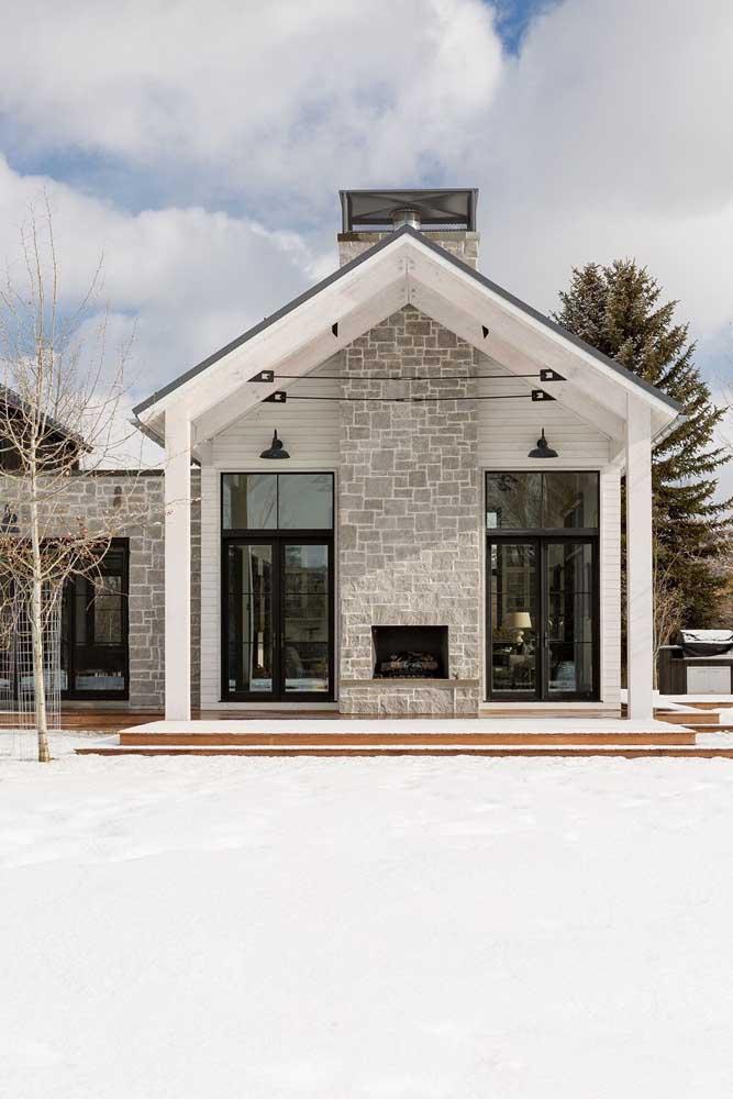 Frente de casa clássica em tons neutros e revestimento de pedra