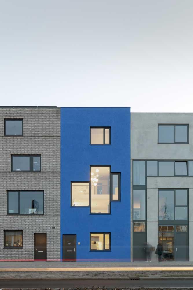 Trio de casas geminadas, mas cada frente traz uma personalidade diferente