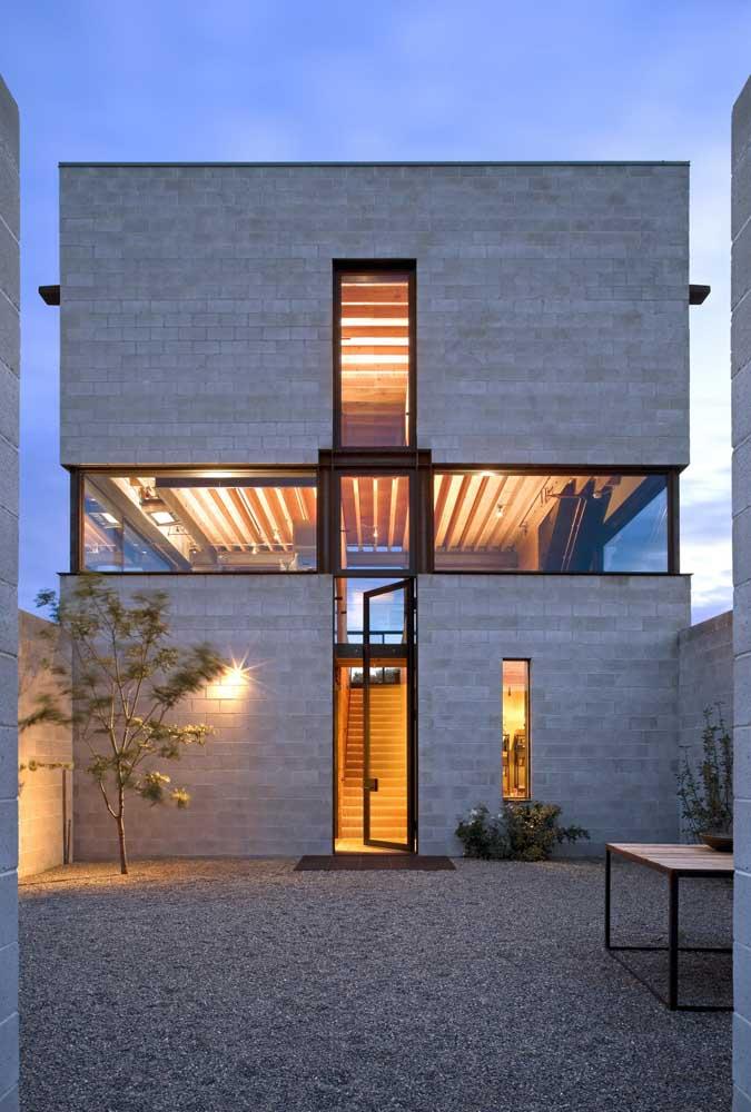 Aqui, o destaque fica para a faixa de vidro criada no meio da casa