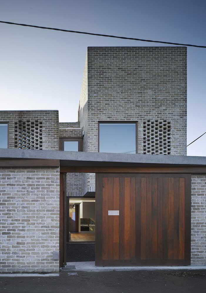 Portão de madeira com muro de tijolinhos: uma combinação perfeita