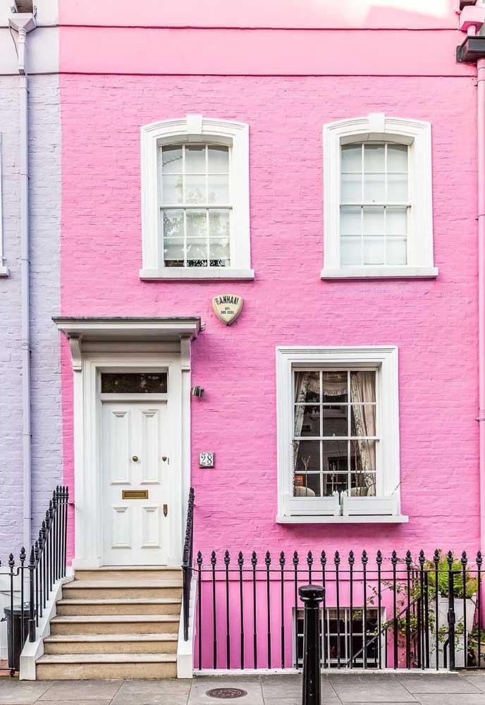Um mimo essa frente de casa pintada de cor de rosa; a tonalidade traz alegria para a arquitetura antiga