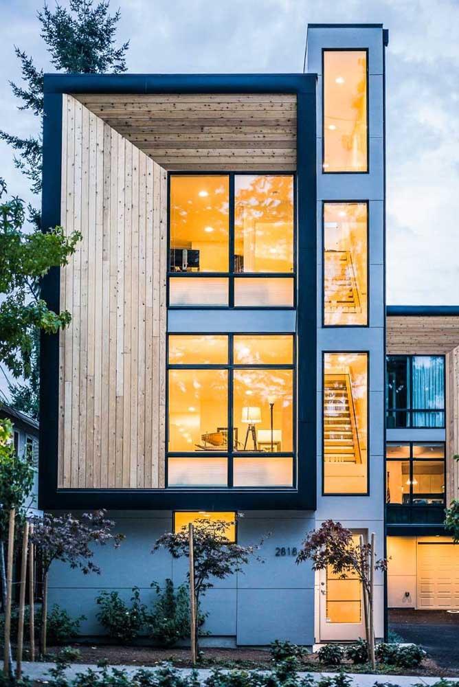 Frente de casa sobrado com destaque para as janelas amplas