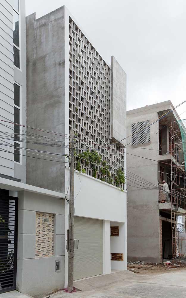 Como destacar a frente de uma casa em meio a outras? Apostando em materiais diferenciados, como os cobogós
