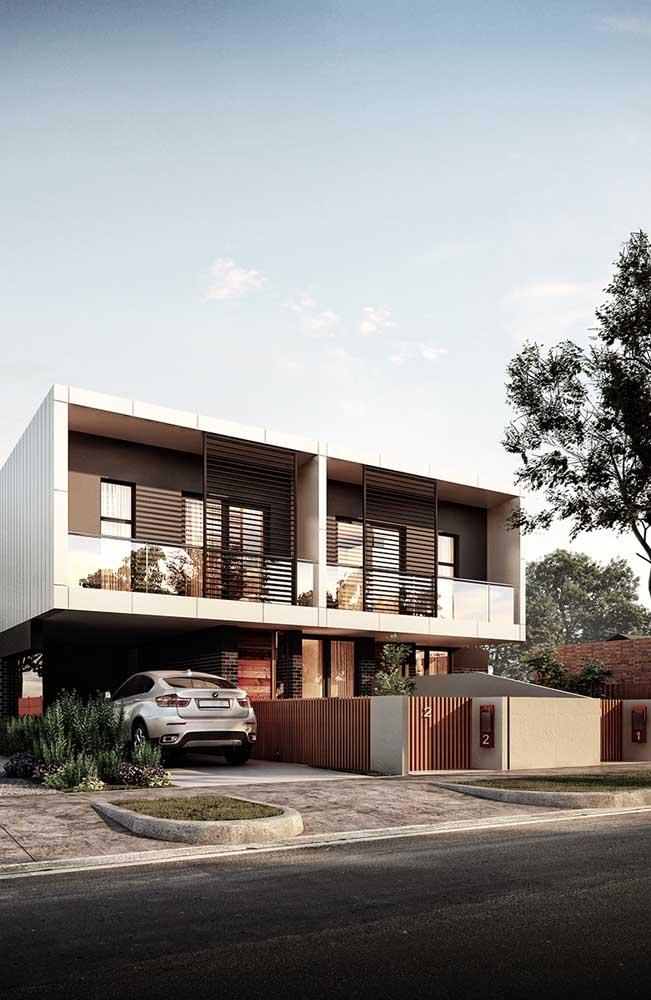 Os tons de marrom usados nessa frente de casa se harmonizam com a madeira incluída no projeto