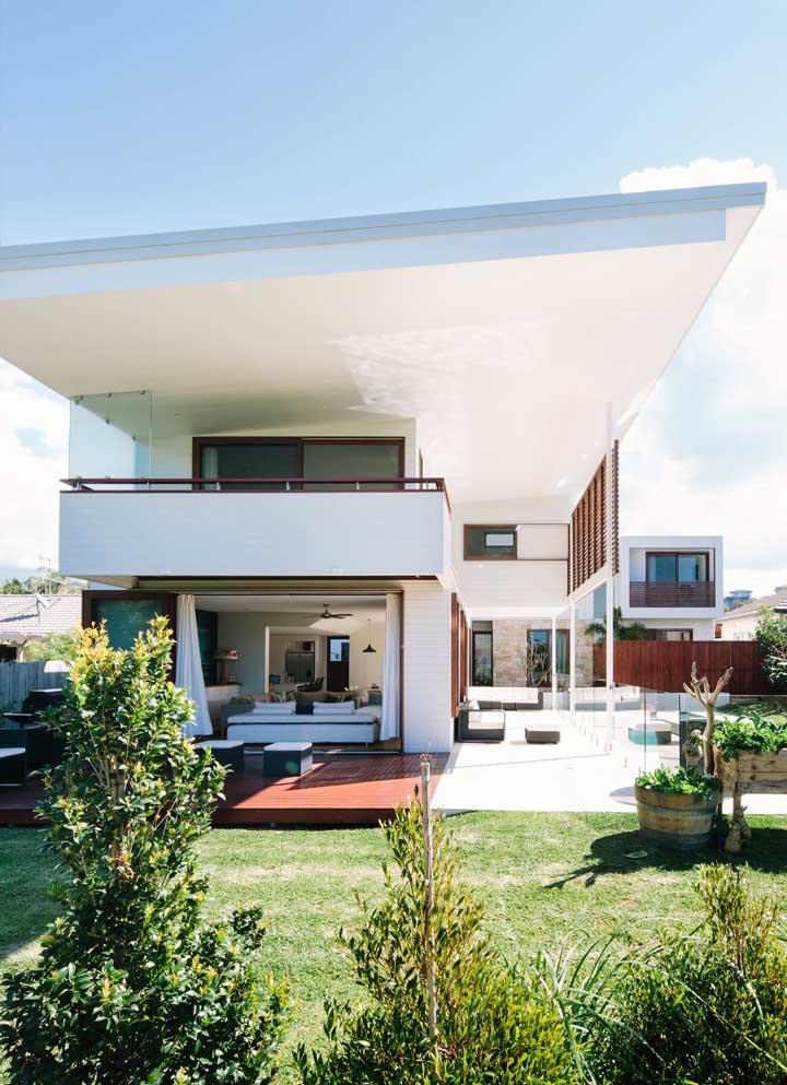 Frente de casa moderna com destaque para os amplos espaços abertos